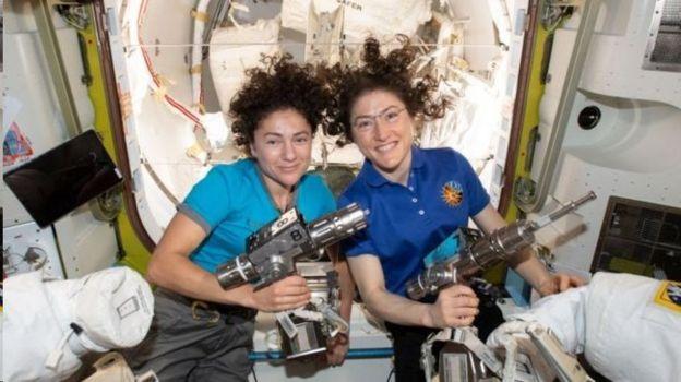 کریستینا کوک (راست) به همراه جسیکا می یر به عنوان یک تیم کامل زنان در بیرون ایستگاه فضایی راهپیمایی کردند