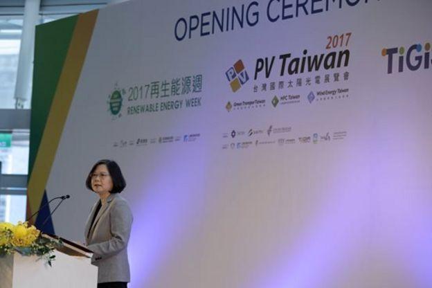 在中共十九大同一天,台灣總統蔡英文則出席綠能光電展覽。