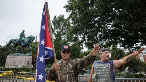Hombres haciendo el saludo nazi