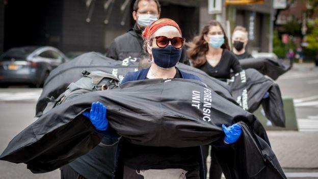 """Активисты из общественных групп """"Rise and Resist"""" и """"Indivisible Brooklyn"""" устроили протест в Нью-Йорке с помощью мешков для тел, которые символизировали жертвы коронавируса в США"""