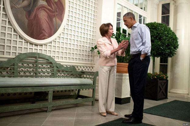 Pelosi hablando con Obama en 2014.