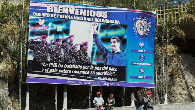 """马杜罗总统和保安部队士兵在加拉加斯""""螺旋""""大楼入口处"""