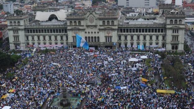 Vista aérea del Palacio de la Cultura en Ciudad de Guatemala el 16 de mayo de 2015 de una marcha de protesta para exigir la dimisión del entonces presidente de Guatemala Otto Pérez Molina