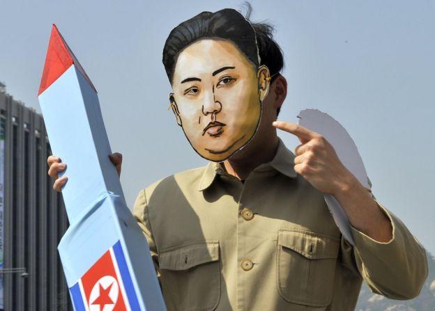 Un hombre disfrazado de Kim Jong-un protesta contra el programa nuclear de Corea del Norte.