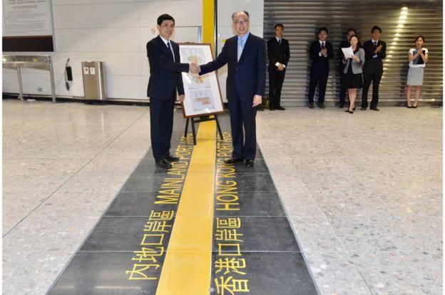 香港運輸及房屋局局長陳帆(右)和廣東省人民政府副秘書長林積,主持西九龍站舉行大陸口岸區啟用儀式,並未邀請記者採訪。
