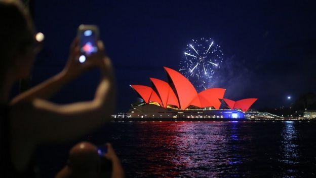 Nhà hát Opera Sydney được thắp sáng bằng ánh đèn đỏ để chào mừng năm mới