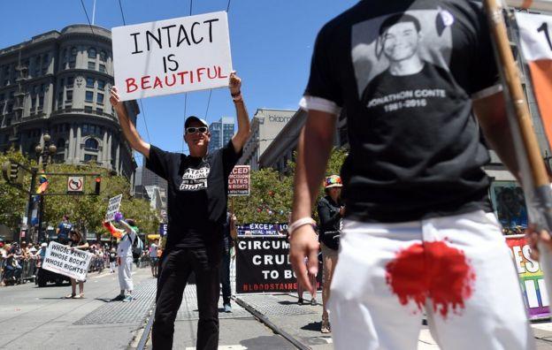 Activistas contra la circuncisión durante el desfile Gay Pride de San Francisco, California, en junio de 2016.
