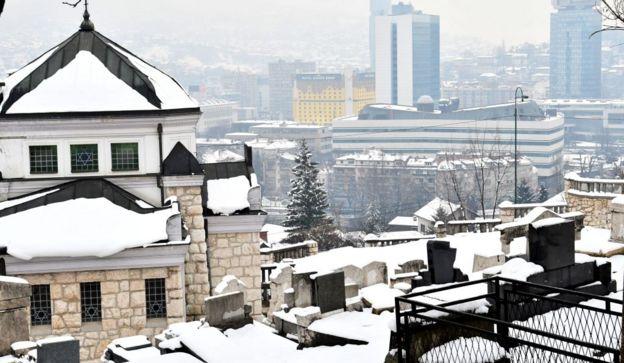 Sinagoga y vista de Sarajevo bajo una nevada.