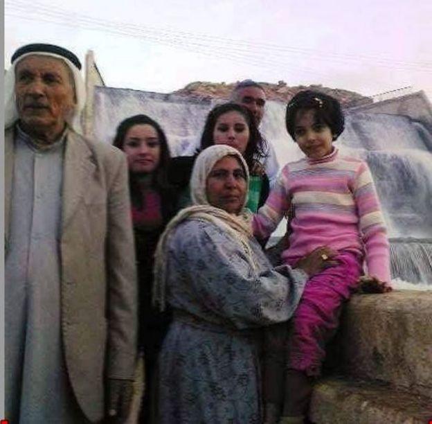 نوجين مصطفى مع والديها وأخواتها