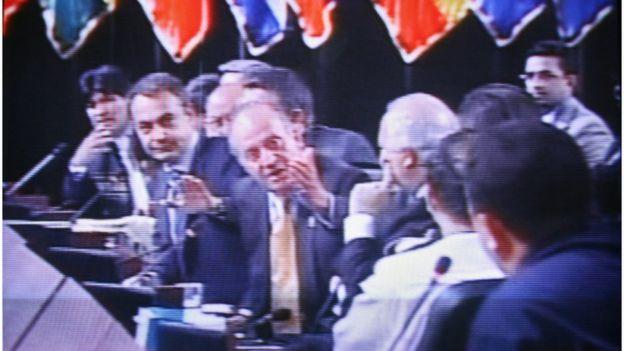 """El rey Juan Carlos de España le pregunta al presidente venezolano Hugo Chávez """"¿por qué no te callas?"""" en la Cumbre Iberoamericana de 2007."""