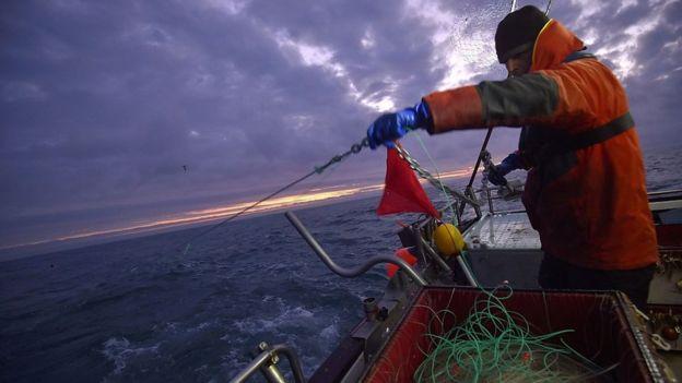 Un pescador en un barco