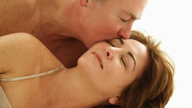 Homem e mulher se acariciando