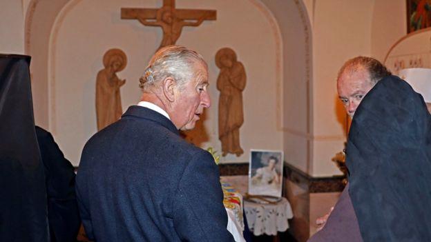 El príncipe Carlos de Inglaterra frente a la tumba de su abuela paterna