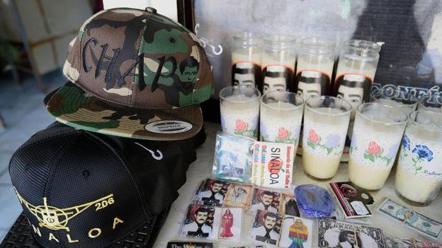 Memorabilia del Chapo Guzmán: gorros, velas, postales.