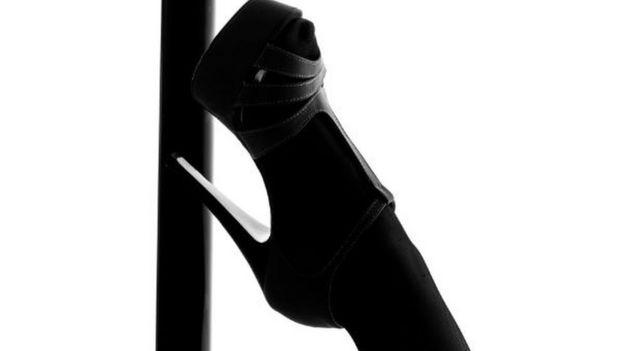Un zapato sobre un tubo