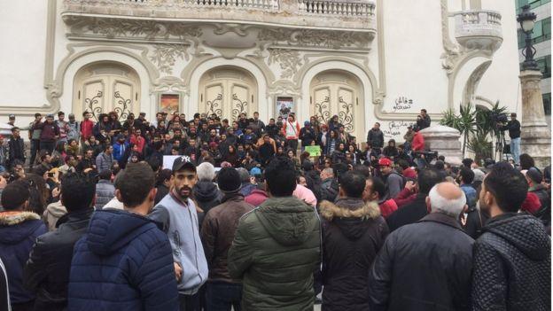 Gösterilerde hükümetin kesinti politikaları protesto ediliyor.