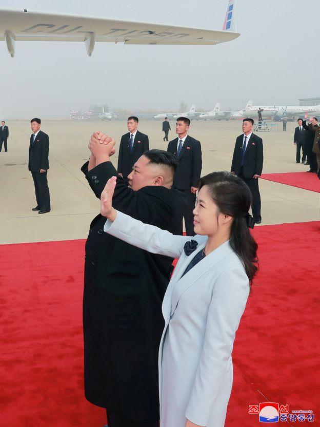 Ким Чен Ын и Ли Соль Чжу прощаются с посетвишим Пхеньян кубинским лидером