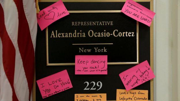 Alexandria Ocasio-Cortez'in Kongre'deki ofisinin kapısına ziyatretçiler tarafından destek mesajları bırakılıyor