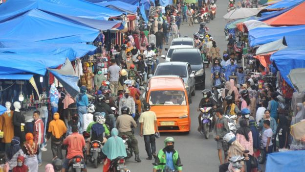 Warga berbelanja kebutuhan lebaran saat masa PSBB di Pasar Raya Padang, Sumatera Barat, Senin (18/05).