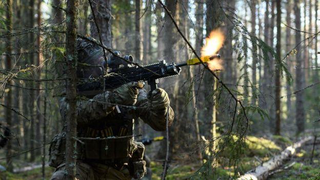 Trident Juncture 2018. Британский солдат во время учебного боя в лесу