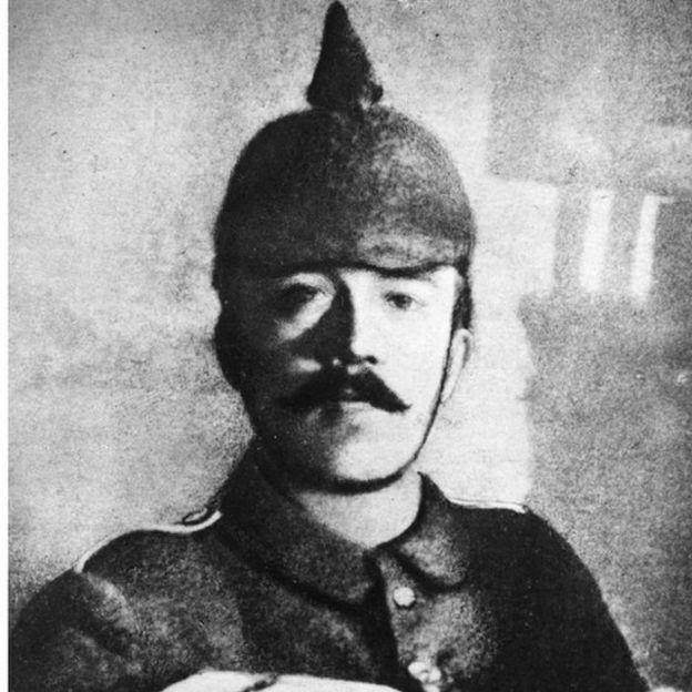 Adolph Hitler com seu uniforme da Primeira Guerra Mundial