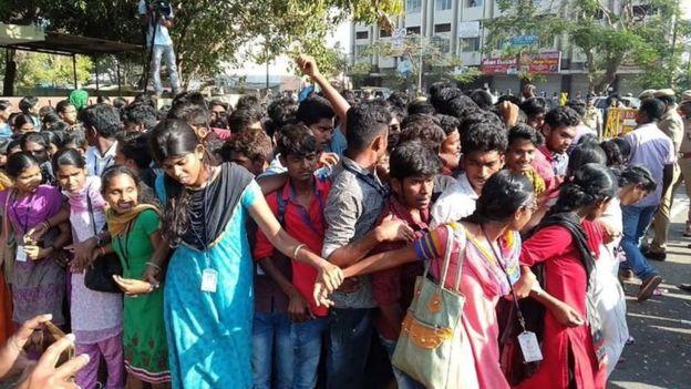 பொள்ளாச்சி சம்பவத்தில் குற்றவாளிகள் மீது நடவடிக்கை எடுக்ககோரி மாணவர்கள் போராட்டத்தில் ஈடுபட்டனர்