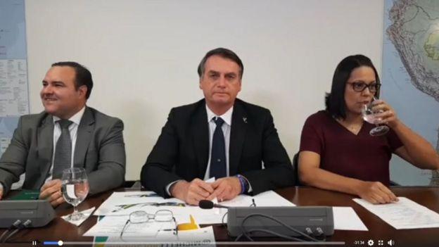 Bolsonaro e outros dois participantes de transmissão ao vivo no Facebook
