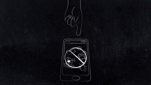 رسم طباشيري على خلفية سوداء لهاتف ذكي وسط أيقونات تمثل تهديدات إلكترونية ويد مغلولة عن التعامل معها