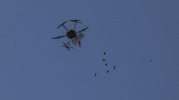 İsrail ordusu insansız hava aracıyla Gazze'deki protestoculara biber gazı atıyor
