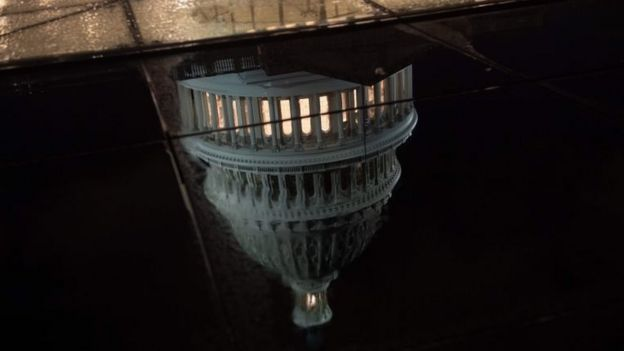 El Capitolio reflejado en el agua