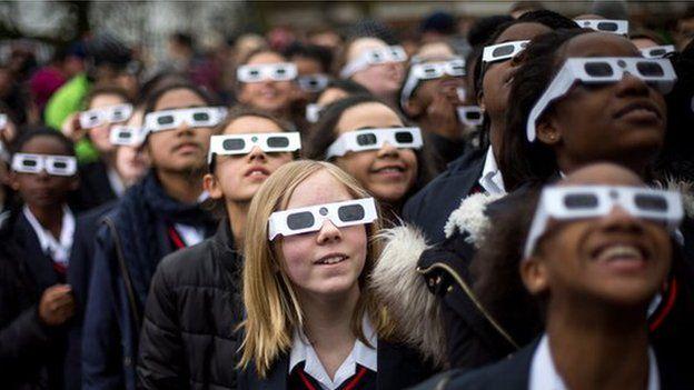 children watching the eclipse