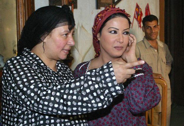 الممثلتان عبلة كامل (يسار) وسمية خشاب (يمين) في إحدى مشاهد مسلسل ريا وسكينة