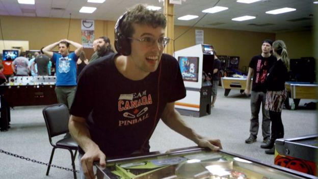 Robert Gagno jogando pinball