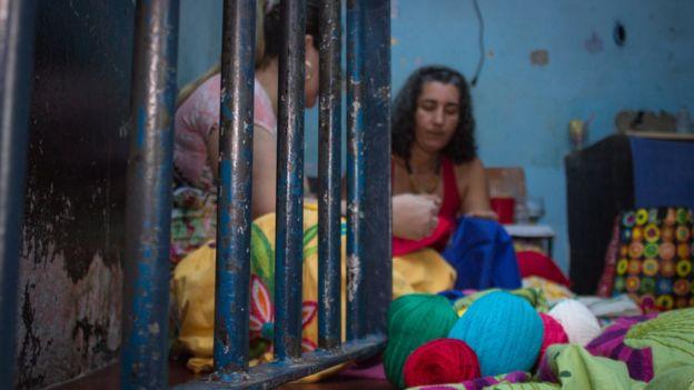 Milena Curado com detenta em presídio de Goiás Velho, GO