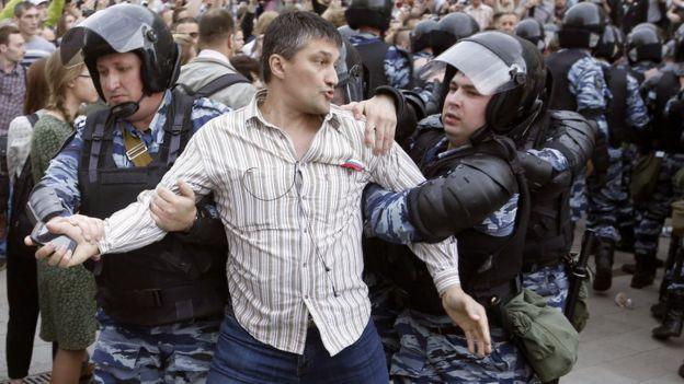La policía detiene a un manifestante en el centro de Moscú.