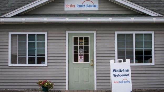 El exterior de una clínica en donde se practican abortos legales en Dexter, Maine.