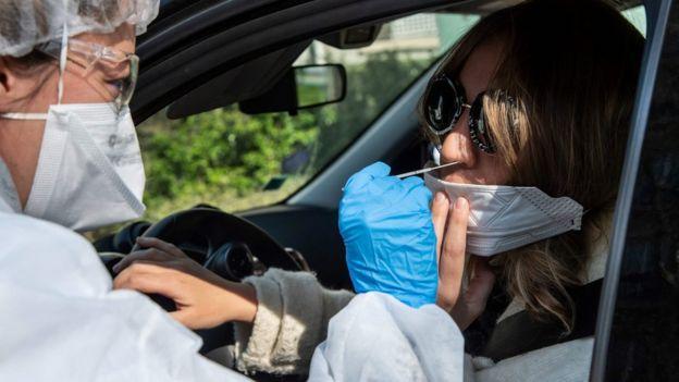 Медсестра во Франции проводит анализ на коронавирус