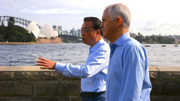 李克強(中)與特恩布爾(右)在悉尼港灣漫步(25/3/2017)