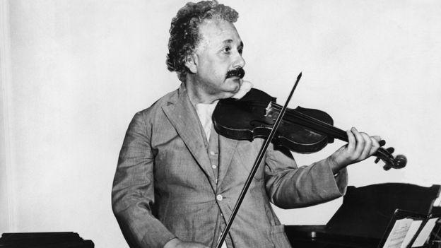 Albert Einstein tocando violín