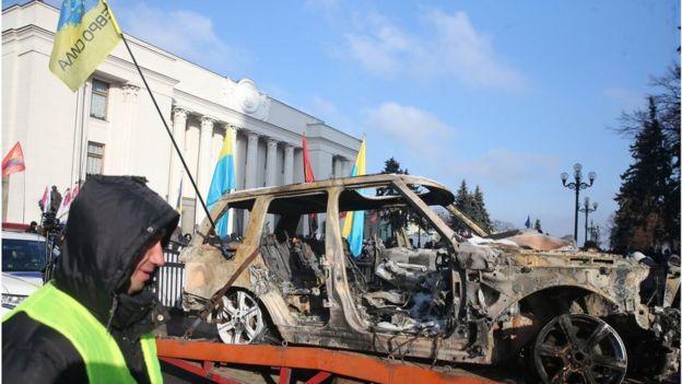 """Після ухвалення законів про розмитнення """"євроблях"""" голова ГО """"Авто Євро Сила"""" Олег Ярошевич спалив свій Range Rover"""