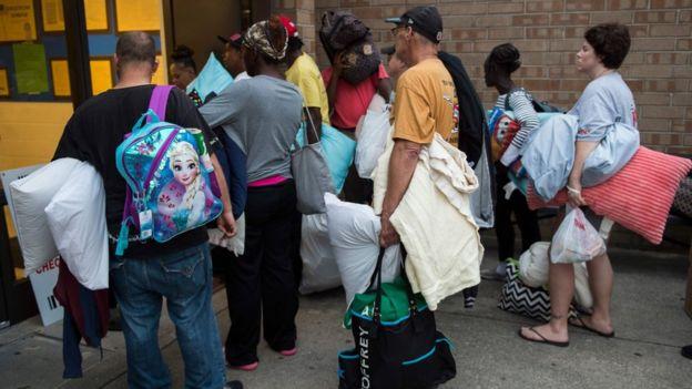 اینجا در شهر ویلمینگتون کارولینای شمالی مردم صف کشیدهاند تا وارد یک مدرسه که پناهگاه اضطراری هم هست شوند