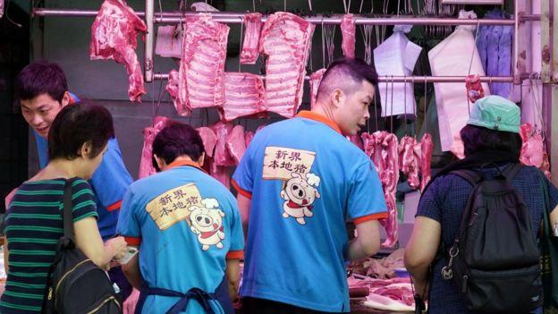 """香港湾仔一家肉店店员穿上""""新界本地猪""""制服招揽顾客(中新社图片11/5/2019)"""
