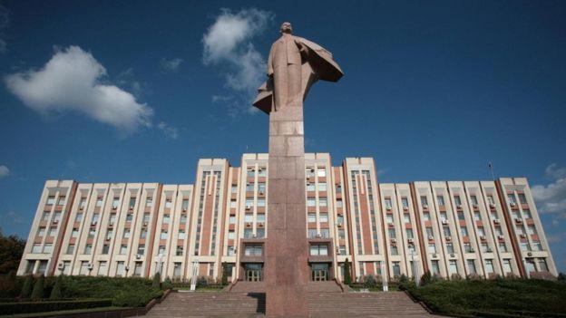 تمثال لينين الضخم يحرس مبنى البرلمان المبني على الطراز السوفيتي القاسي في ترانسنيستريا
