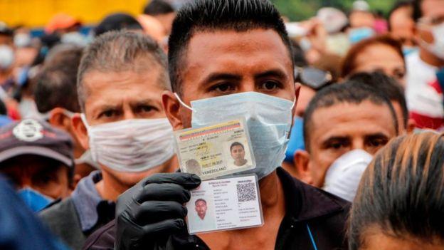 Venezolanos con mascarilla en el cruce fronterizo con Colombia en Cúcuta.