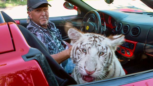 Jeff Lowe con un tigre en su auto