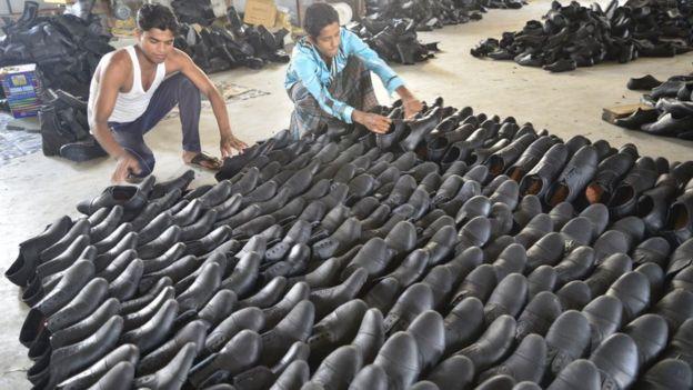 চামড়ার জুতো তৈরি হচ্ছে বাংলাদেশের একটি কারখানায়