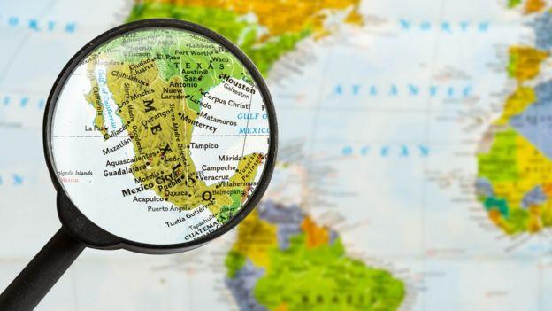 Mapa de la región visto a través de una lupa