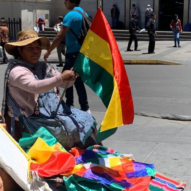 Este miércoles fue un buen día para vender banderas de Bolivia en las calles de La Paz.