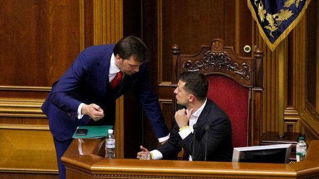 """Президент Зеленський дав прем'єру """"другий шанс"""", але дозволив піднімати зарплати міністрам тоді, коли економіка зросте"""