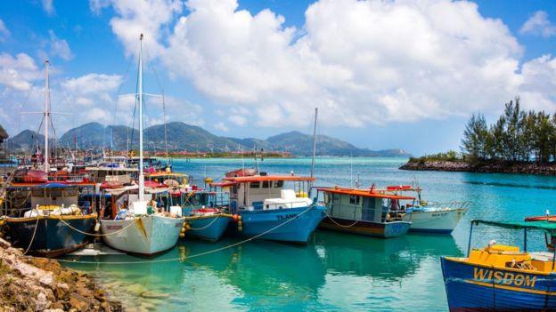 Pequeñas embarcaciones en una isla de las Seychelles